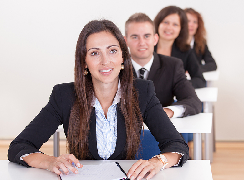 Kleingruppe business Menschen auf Schulbänken